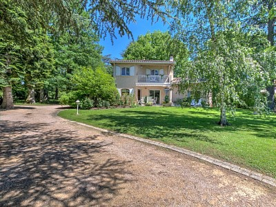 Maison de 220  m² avec terrain de 1870 m² - CHARBONNIERES LES BAINS - 220 m2 - VENDU