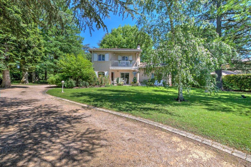 Maison de 220  m² avec terrain de 1870 m² A VENDRE - CHARBONNIERES LES BAINS - 220 m2 - 1050000 €
